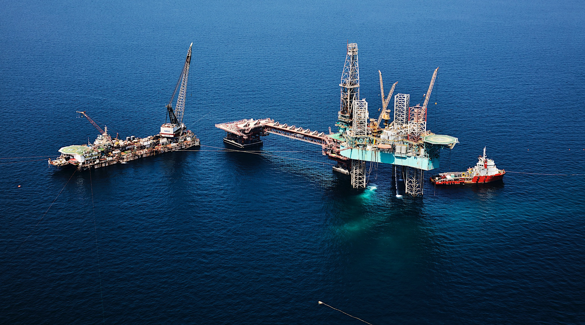<p>Offshore rig in the Persian Gulf </p>